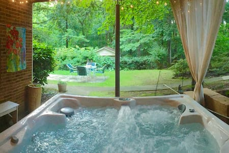 Private Garden Suite- Hot Tub, Breakfast, Chickens - Winston-Salem - Dům