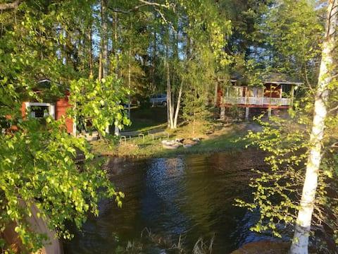 Tradicionālā somu māja skaistā ezerā