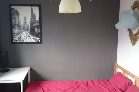 Comfy room free parking and terrace - Ház