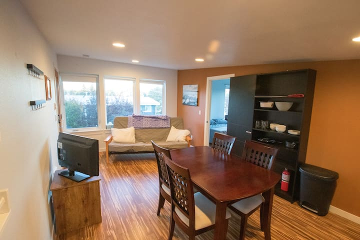 ★Private Modern 1bd in Quiet Walkable Greenwood★