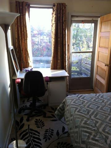 Bright, Quiet Room in Beach Century Home
