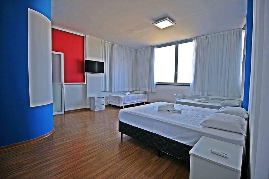 Suíte com linda vista panorâmica da praia de Copacabana. 1 cama de casal, 3 camas de solteiro, ar split, TV LCD e banheiro exclusivo.