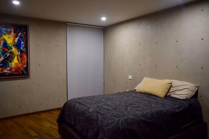 Tercer recámara con cama matrimonial, ventilador, baño completo.