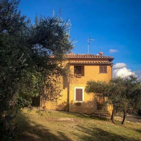 Casa di campagna immersa nelle colline umbre