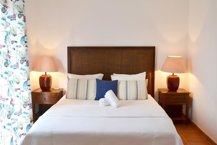 Double bedroom with air conditioning and balcony access/ Quarto de casal com ar condicionado e acesso a varanda