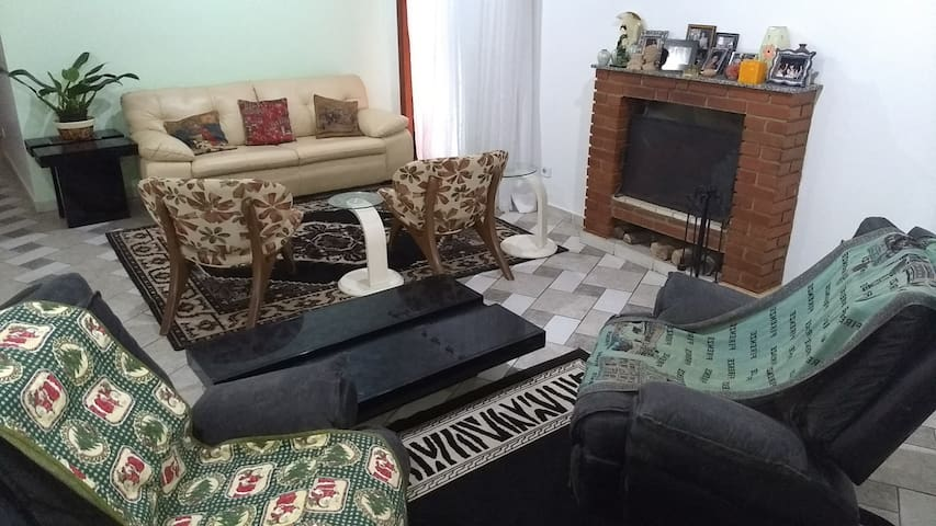Casa com Lareira em Lindo Condomínio / 2 Quartos