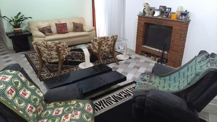 Casa com Lareira em Lindo Condomínio / casa inteir