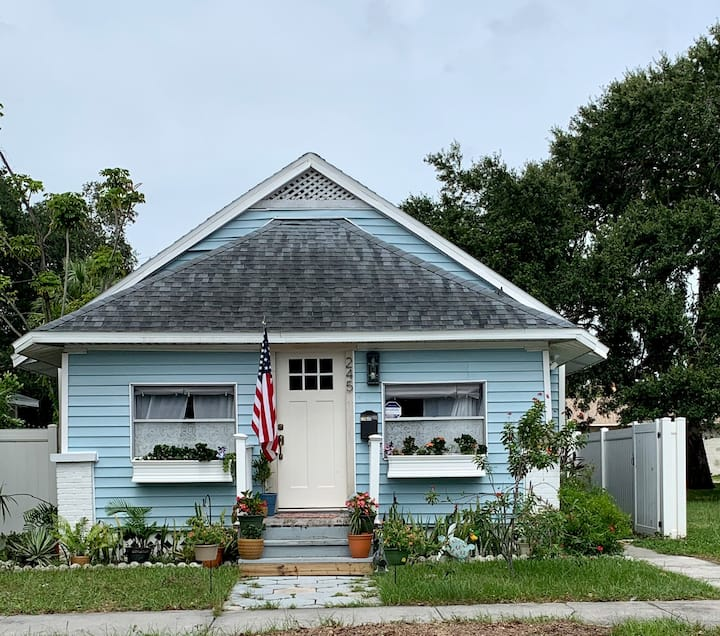Cute Bungalow Steps From St Pete's Edge District