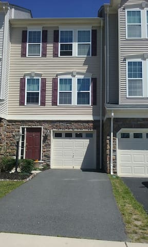 Sunny, family- friendly townhouse - Aldie