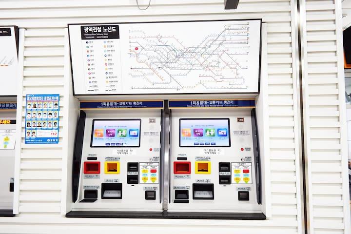 승차권발매기와 공항철도 노선도