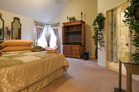 Spacious Master with Private Bath! - Olathe - Casa