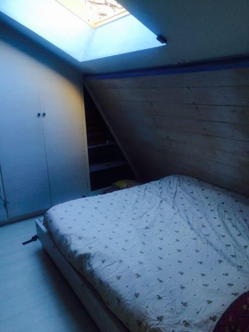 Grand lit confortable / nombreux rangements