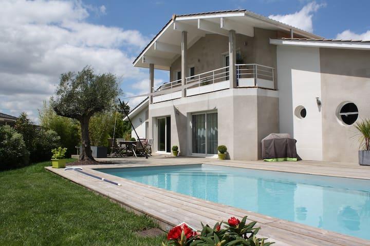 Villa avec piscine à 10 mn de Bordeaux - Fargues-Saint-Hilaire - วิลล่า