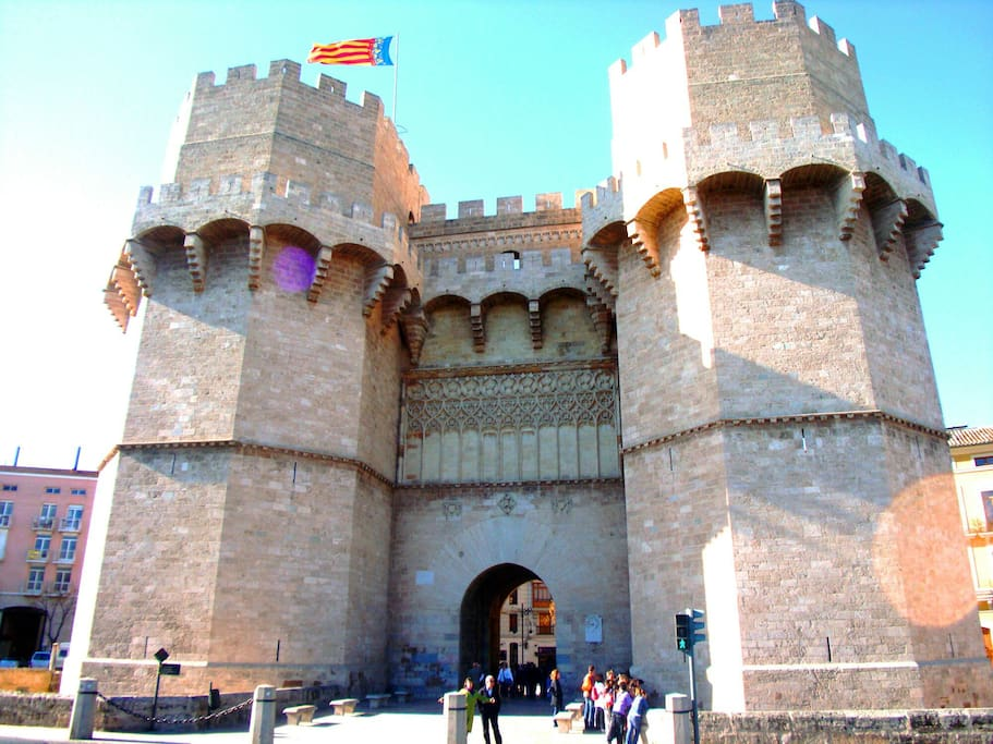6 minutes from Torres de Serranos, one of the main hotspots of Valencia