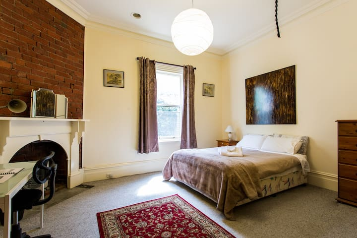 Stay in our Spare Room High St Northcote - Northcote - Bed & Breakfast