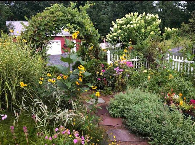 FARMHOUSE LOVE.... close to Saratoga, SPAC, Winery