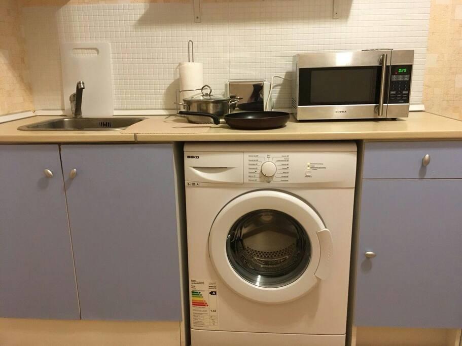 Тостер, микроволновка, плита, стиральная машинка, посуда