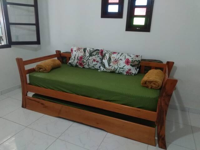 Sala com Sofá cama com cama auxiliar.