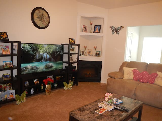 Spacious Room with Private Bath - Fort Bragg - Apartment