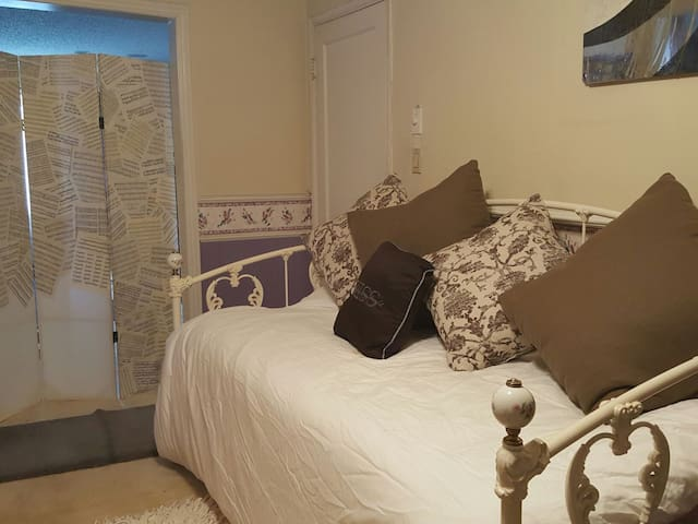Near LAX Airport, DAY BED Room, just like home. - Inglewood - Maison