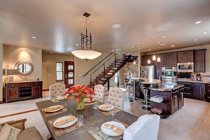 Stunning new luxury home with mountain views, private hot tub! - Odins Circle 33