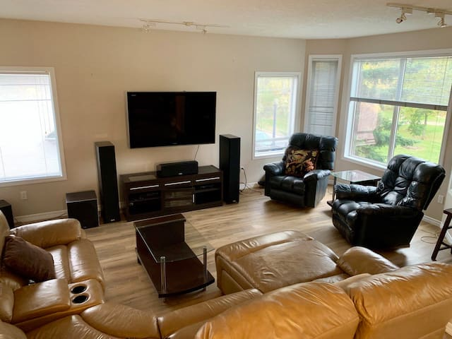 Executive Downtown Cloverdale Condo 2bed2bath