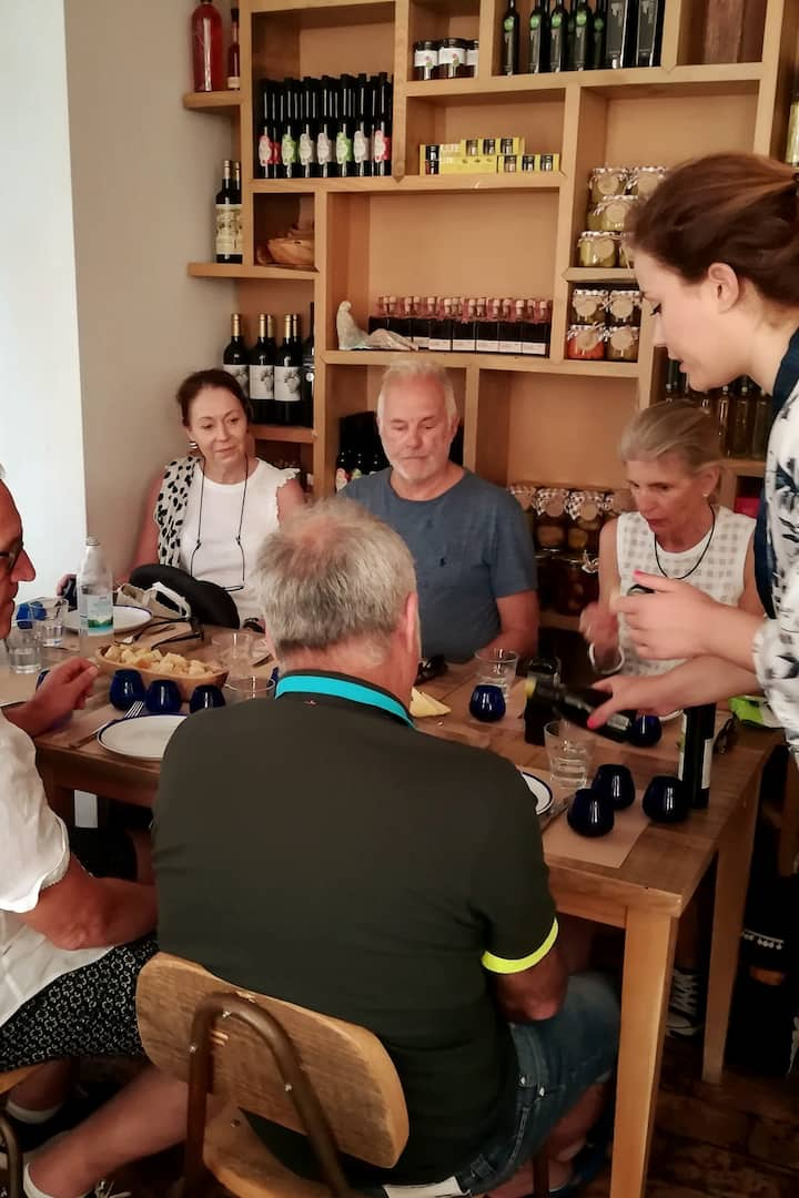 Olive oil and wine in the Uje bar