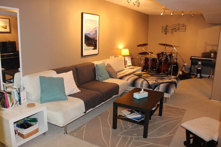 Cozy living space - yes that is a drum kit in the corner. Just give us the heads up if you feel like giving them a try. Books and games on the shelf.
