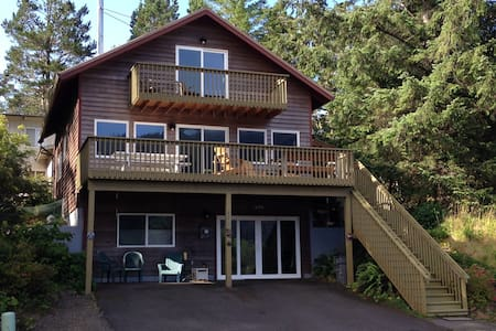 Mountain & Ocean View, Hot Tub & Pet Friendly Home - Manzanita
