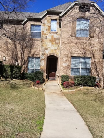 Grapevine, Quiet Townhouse,  2 bdrm, 2.5 bath