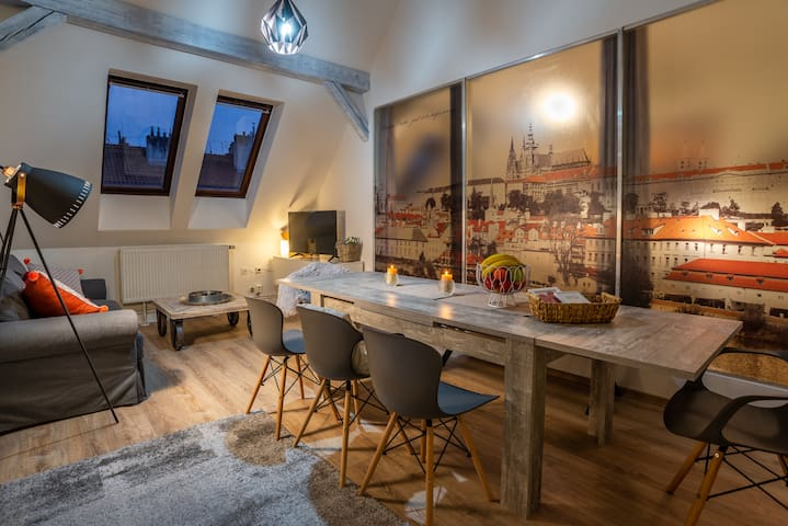 ATTIC APARTMENT-up to 10 person-OLD TOWN GEM !!!!!
