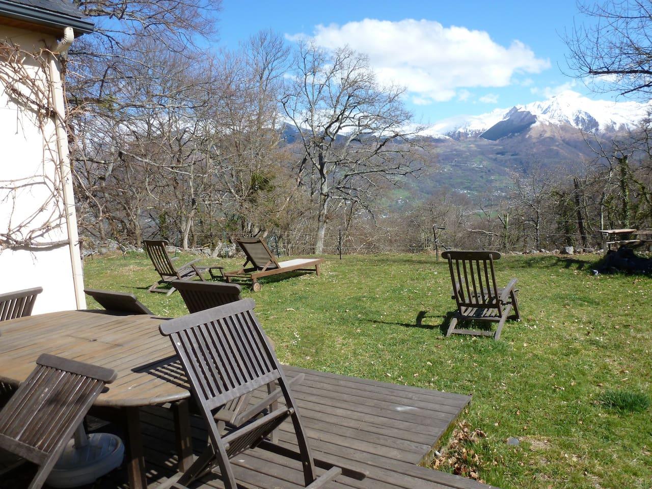 Vue depuis la chambre. En face, la station de ski de Hautacam. Dans la vallée, la bourgade d'Argelès-Gazost (station thermale). Photo prise début avril.