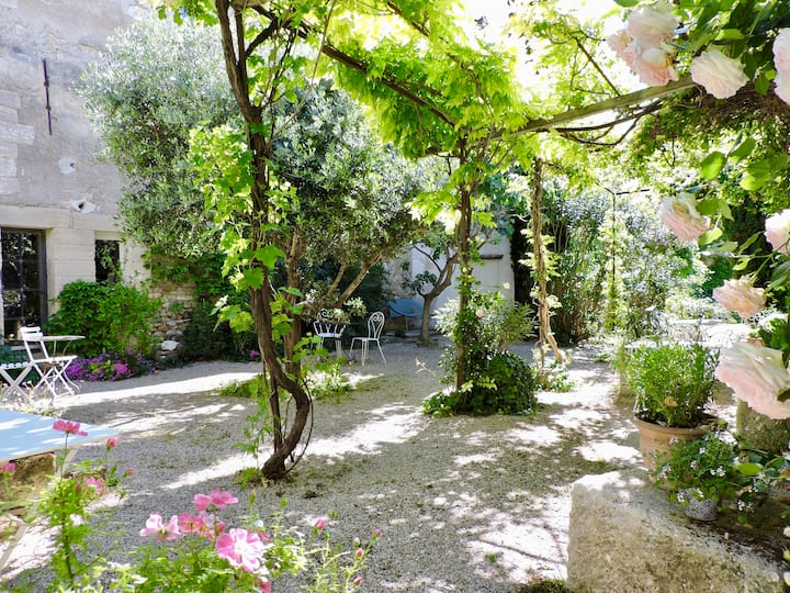 Beautiful studio in historic town, 5min Avignon