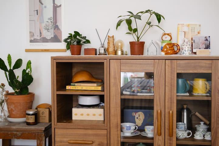 收纳柜里有收藏很久的小物件,有些是旅途中带回来的,增添生活感的角落。
