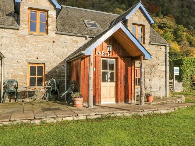 LARCH COTTAGE, pet friendly, with a garden in Aberfeldy, Ref 21598