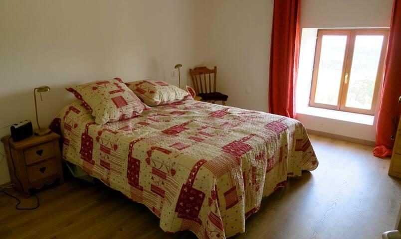 Chambre à coucher Lit de 140. Un autre lit de 90 est à gauche ainsi qu'un lit girafe près de l'armoire.