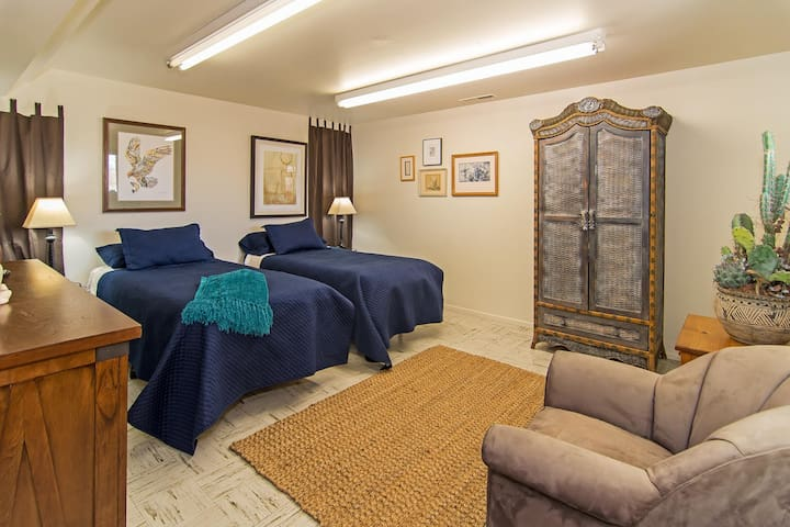 Cozy Suite near Mid-Town, University and Riverwalk