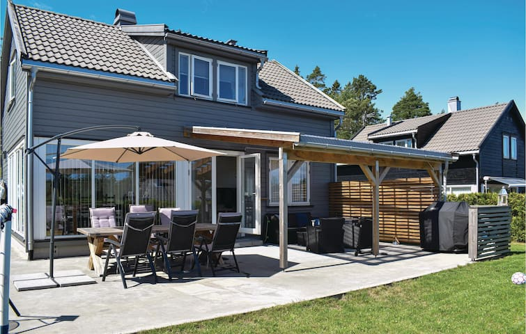Holiday cottage with 4 bedrooms on 92m² in Risør