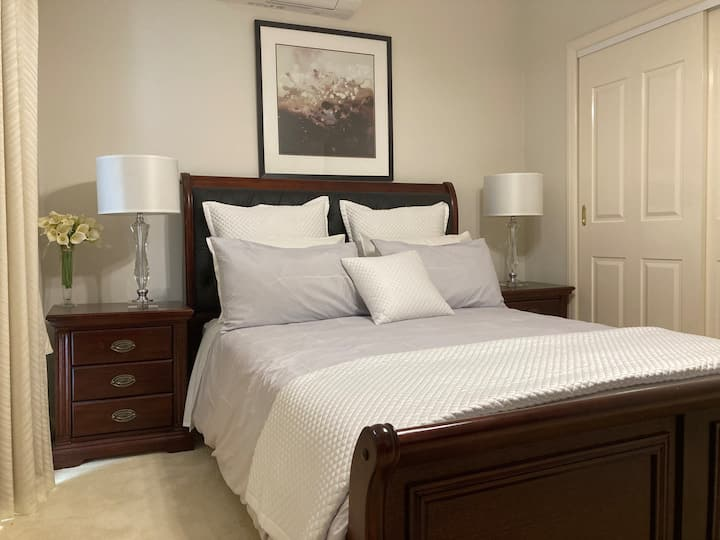 Comfort Private room with queen bed & study