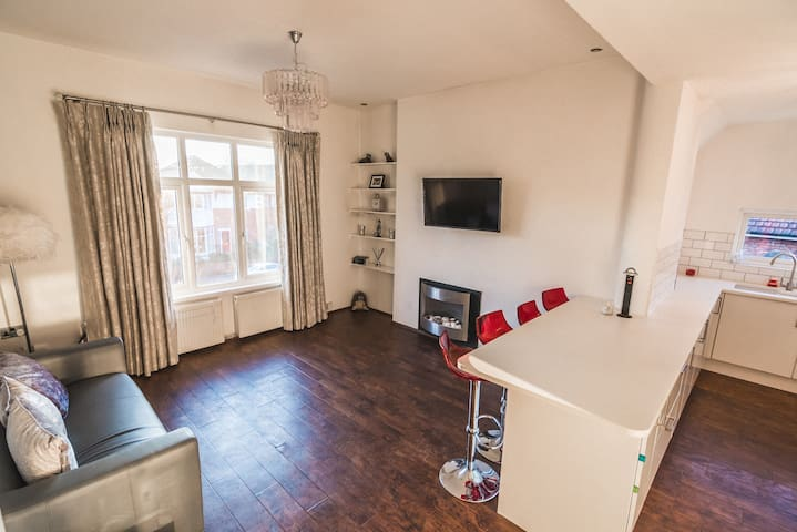 Luxury 2 bed Timperley apartment 2mins from Metro