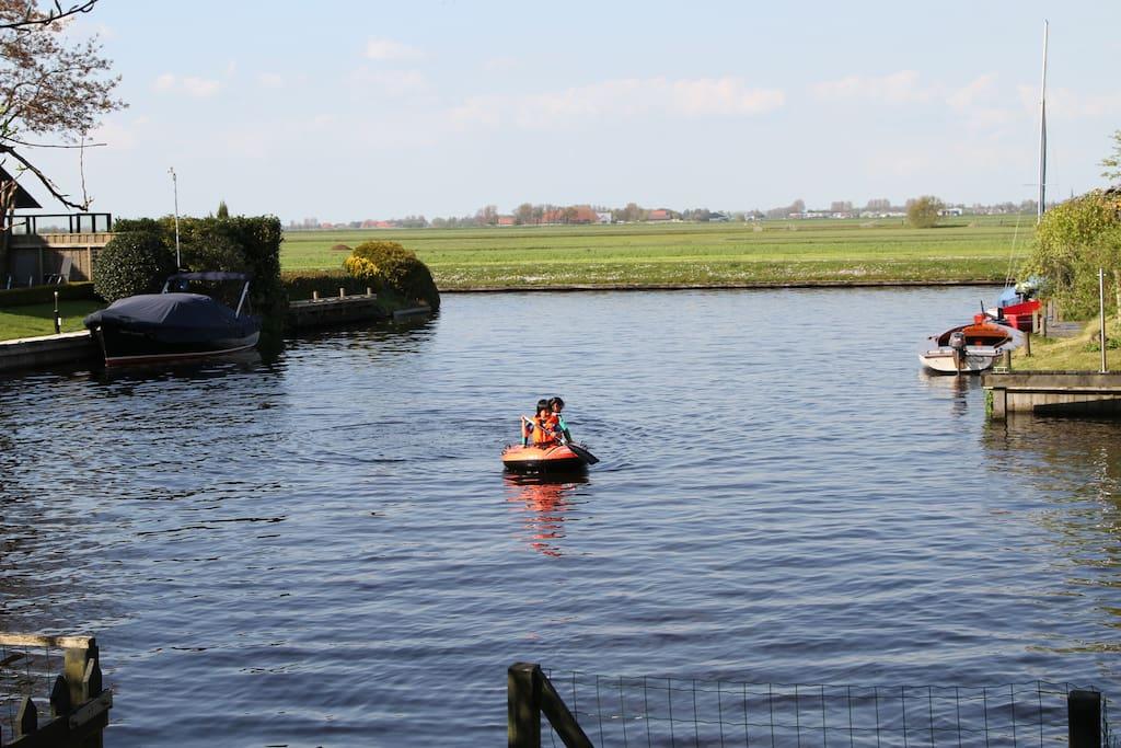 Uitzicht achter vanaf onze eigen steiger, lekker spelen met een opblaasboot in het haventje