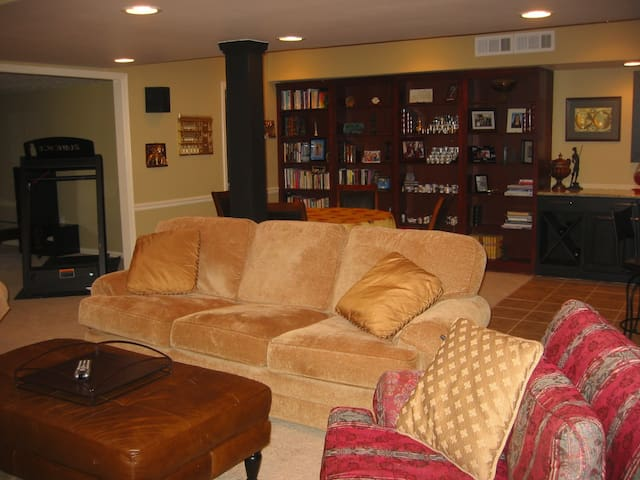 FULL BASEMENT. Excellent Location. - Sandy Springs - Huis