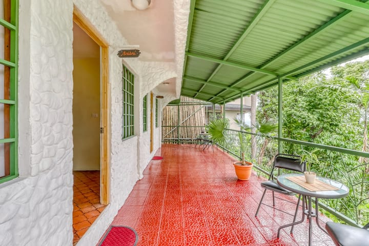Well-situated studio with terrace and ocean views!