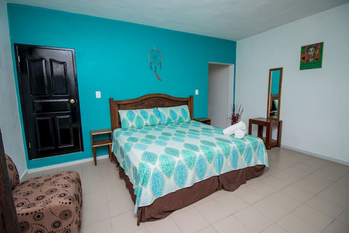 Studio con 1 cama ks, baño privado y cocina.