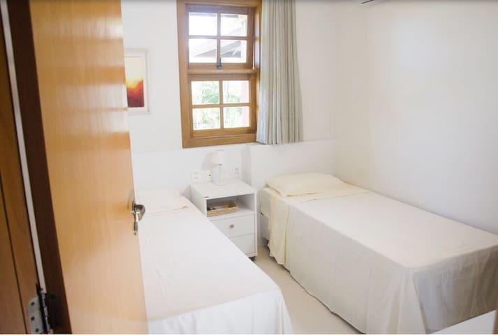 Quarto com ar condicionado split, TV, guarda roupa e cabides. Roupa de cama e banho disponíveis.