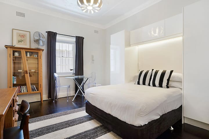 Unbeatably Located Art Deco Surry Hills Studio