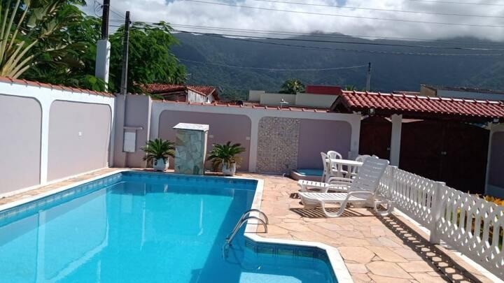 Casa em condomínio com piscina a 900m da praia