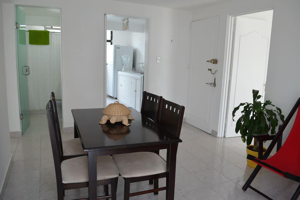 El comedor y la entrada del departamento.  The dining room with the main entrance.