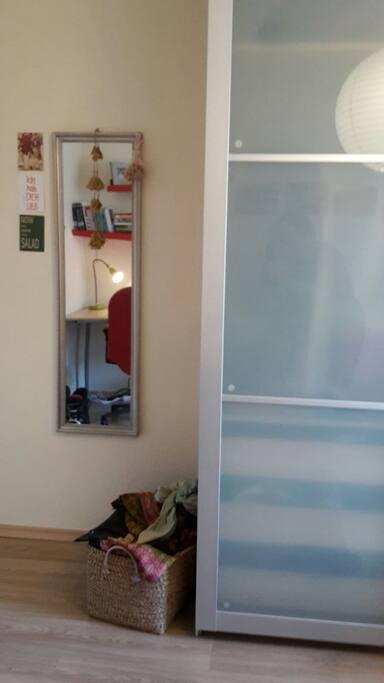 Schrank mit Spiegel