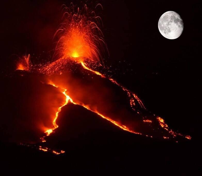 Etna e Luna uno spettacolo meraviglioso